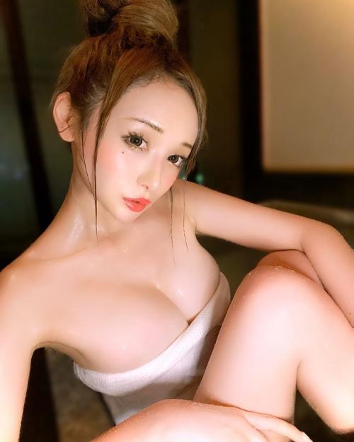 裸でくつろぐ温泉でのヌード 13