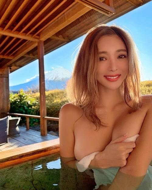 裸でくつろぐ温泉でのヌード 15