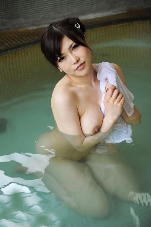 裸でくつろぐ温泉でのヌード 17