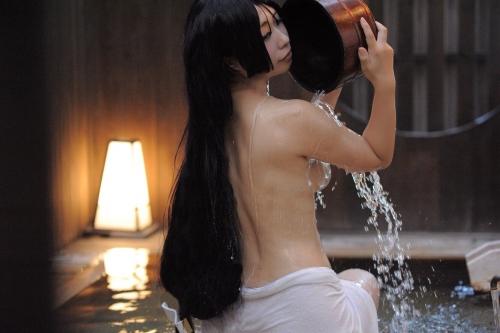 裸でくつろぐ温泉でのヌード 19