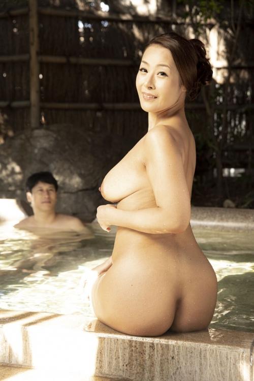 裸でくつろぐ温泉でのヌード 21