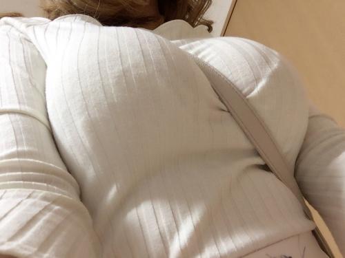 パイスラしてるニット着衣巨乳おっぱい 24
