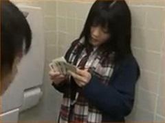 多目的トイレで同級生相手にぼったくり価格でぷち円するJK