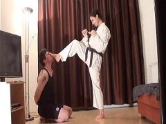 男を顔面蹴りの練習台にする空手美女