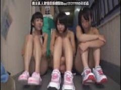 日焼けした少女3人相手に贅沢なオナ見せプレイ♪