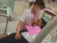 歯科助手の巨乳に顔を埋めながら手コキされたい!