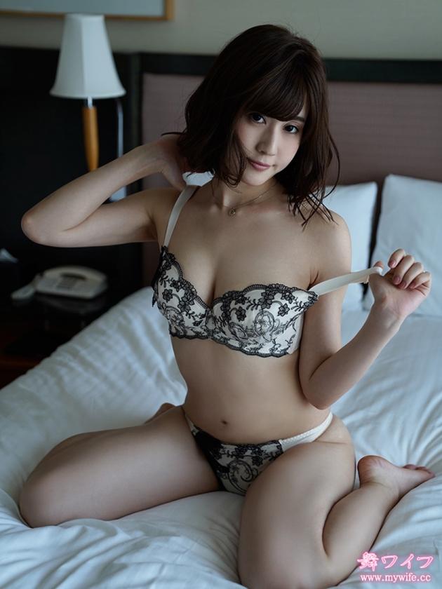 「趣味はセックス」と言い切る人妻。旦那以外の男と肌を重ねる濃厚かつ妖艶な浮気SEX!