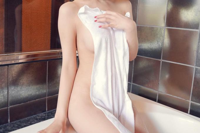 バスタオルで裸体を隠してるエロ画像
