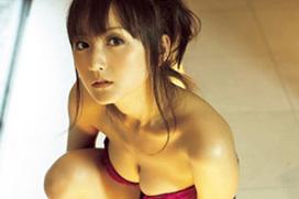 【セミヌード】女優・小松彩夏(32)生々しいトップレスに・・・