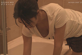 ダブルベッドでわちみなみの胸チラ風呂掃除