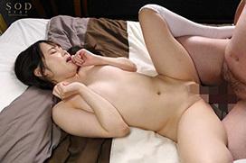 小柄な美少女がデカチンでイキ狂う巨根セックス画像