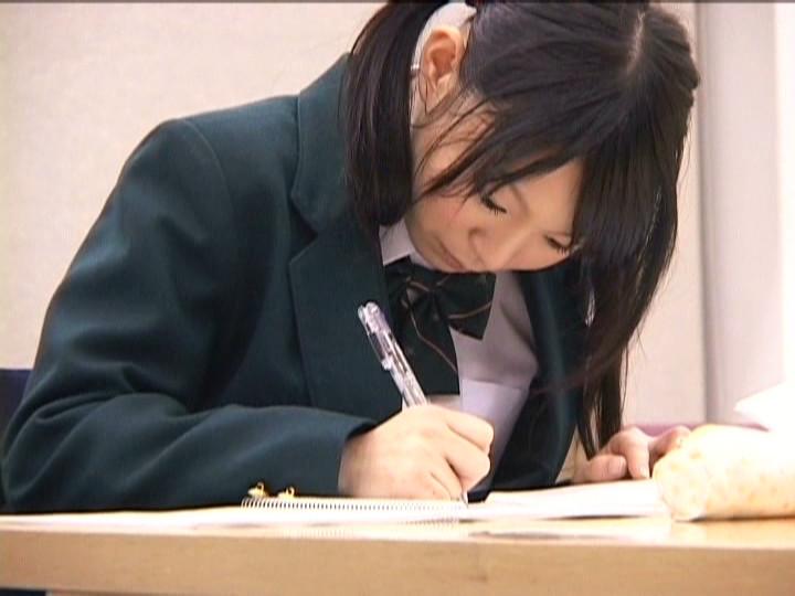 図書館で勉強してる女子校生