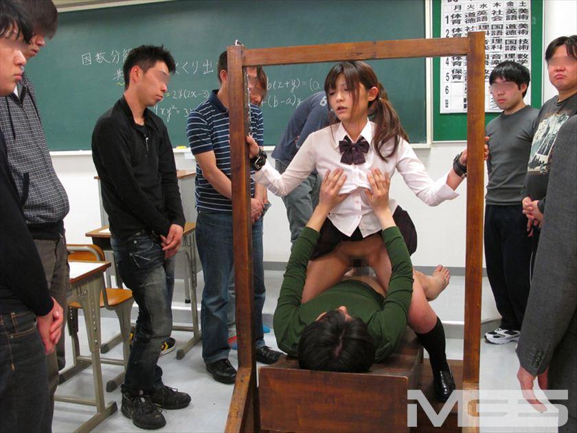 教室で男子の性処理玩具になってる女子