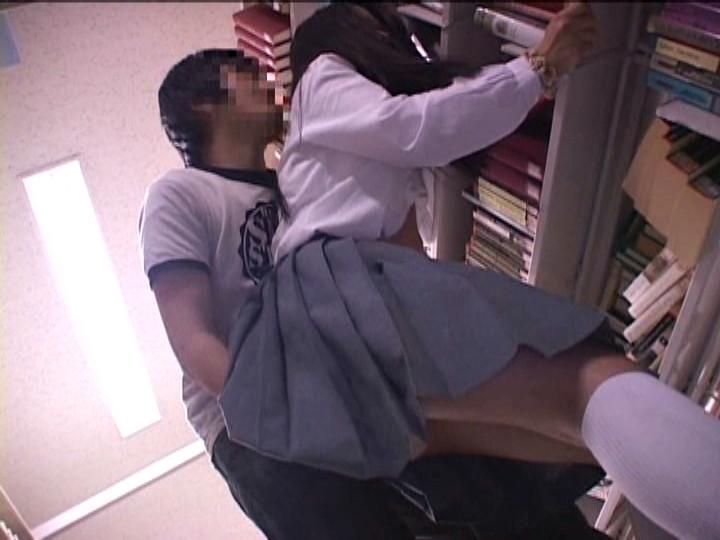 図書館でチカンされちゃうJK