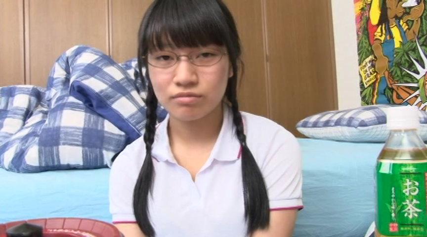 三つ編みおさげのメガネ女子