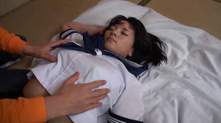寝てるJKの胸を触る