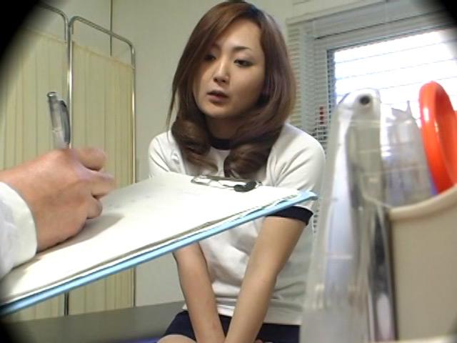 体操着で身体検査を受ける女子