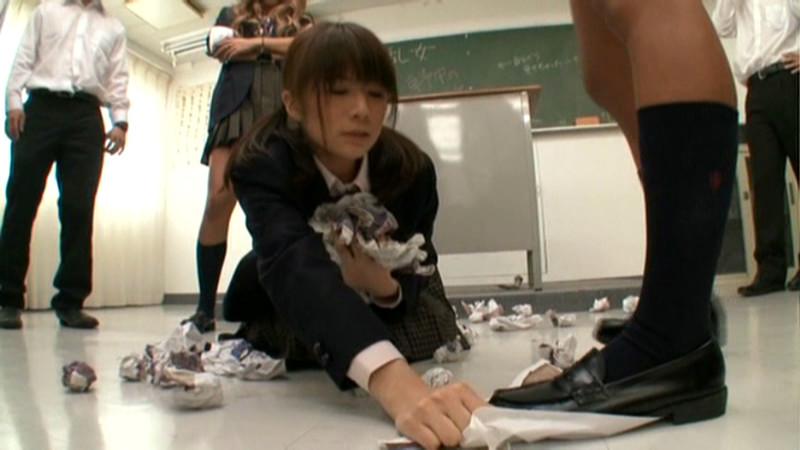 教室でイジメられてる女子