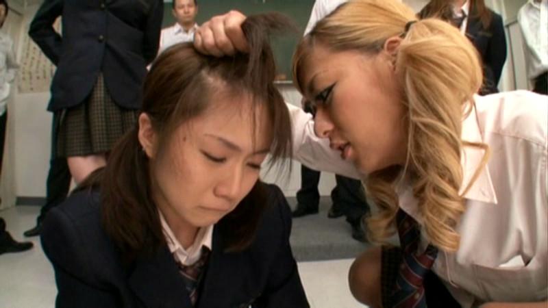 髪を掴まれる女子