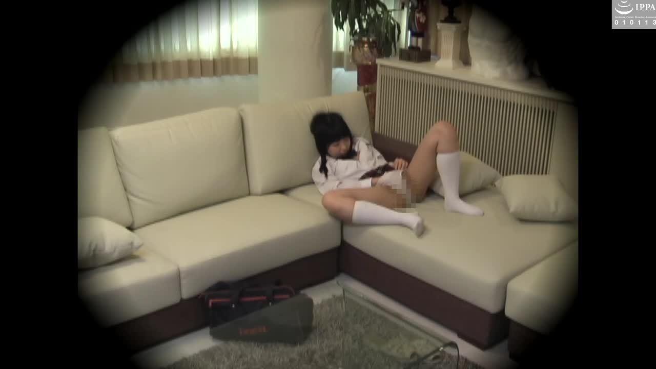 ソファーでオナニーしてるJK