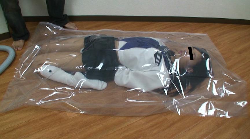 透明のビニール袋に包まれた女子校生