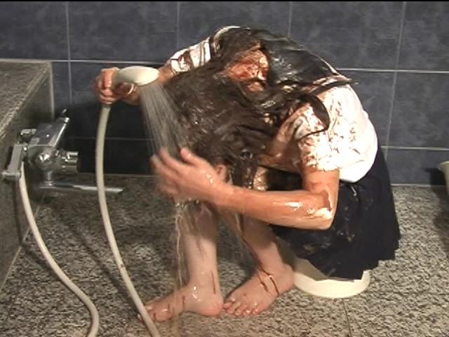 シャワーで洗い流してるJK