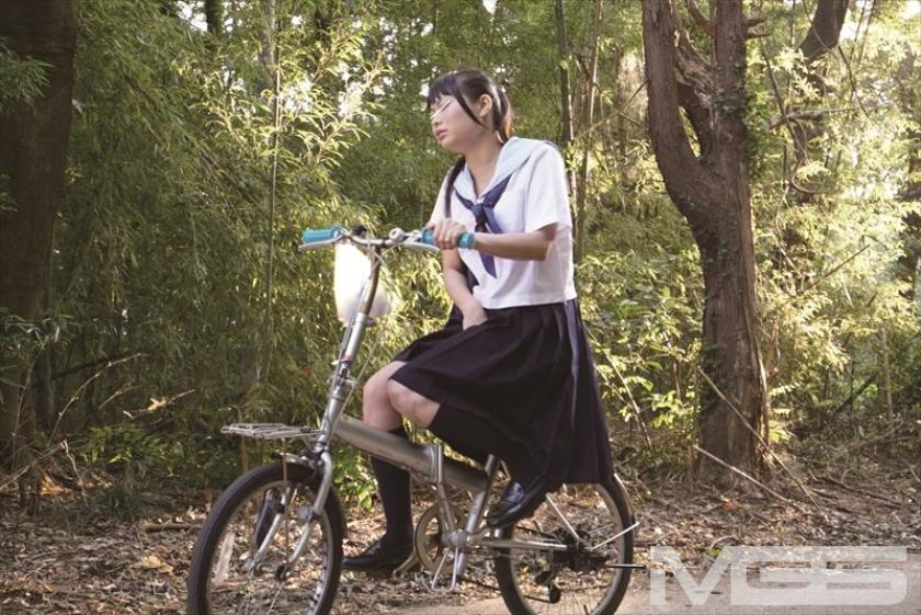 自転車に乗って股間を触りながらペダルをこいでるJK