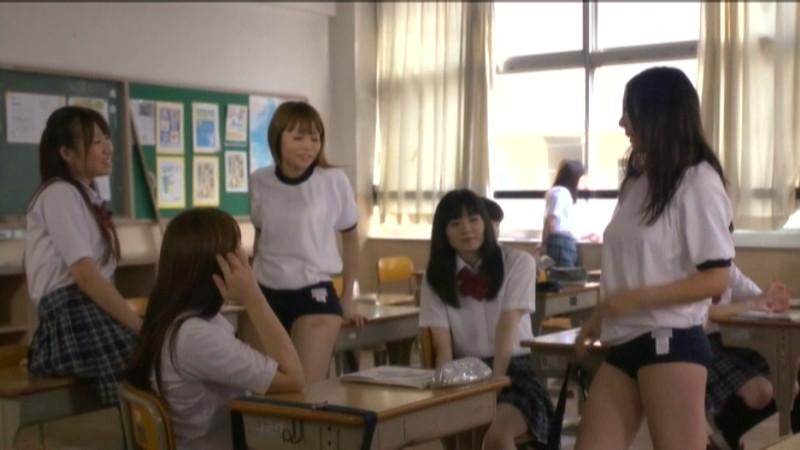 教室で雑談してる女子校生