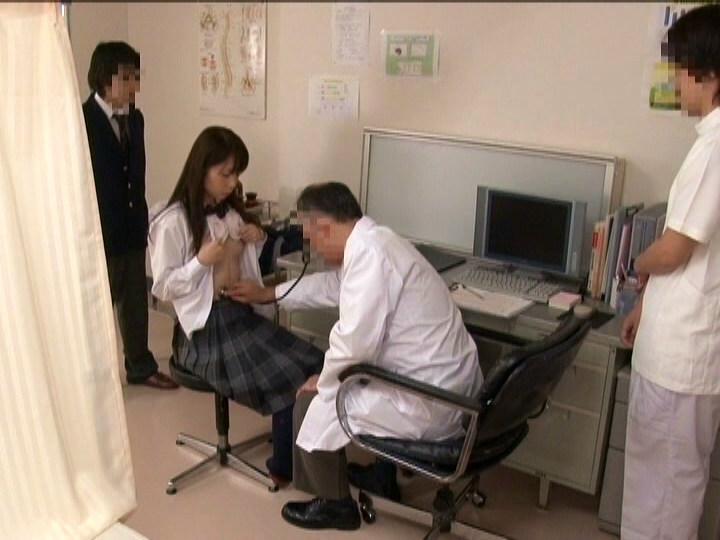 JKのお腹に聴診器をあてる医者