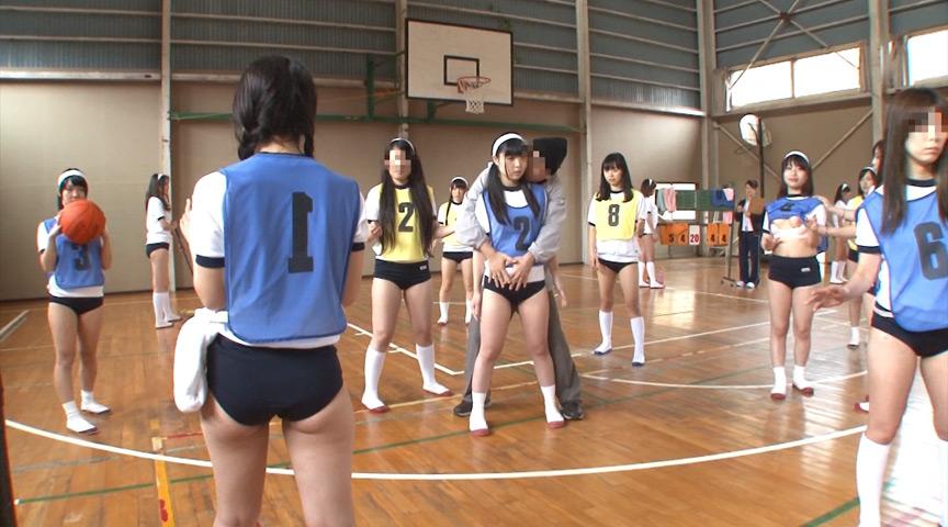 体育館でバスケをしてる女子校生にイタズラ