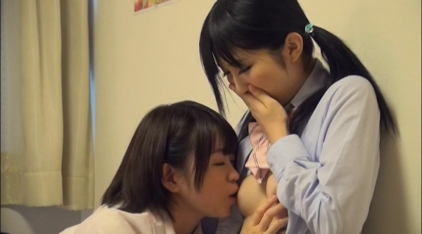 友達の乳首を舐めるJK