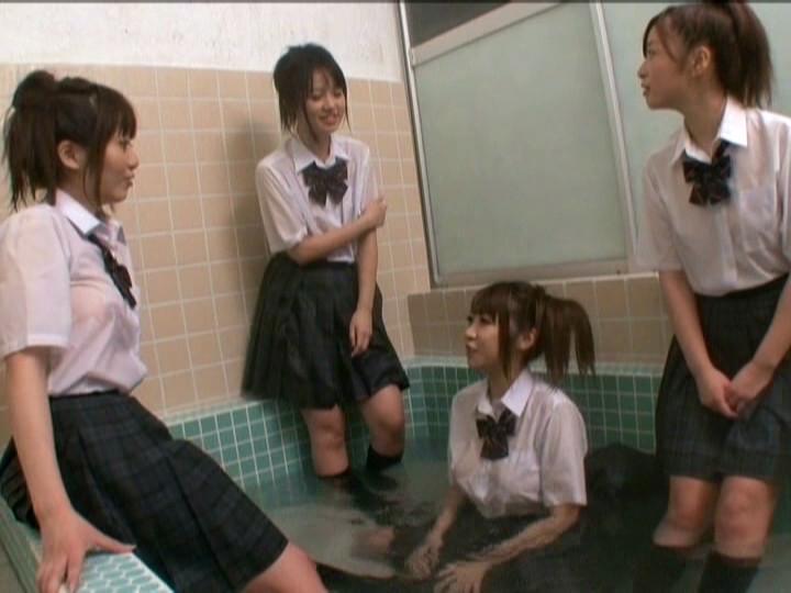 制服のまま風呂に入る女子校生