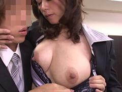紅月ひかり 痴女と化した四十路の女社長が若い社員を垂れ乳で誘惑しオフィスでヤリまくる!