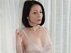 大沢綾乃 四十路母がランジェリー姿で自慰行為。それを目撃した息子が我慢できず中出し!