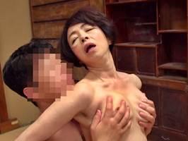 【五十路】パイパンのアソコを息子に使わせ中出しさせる母。藍川京子
