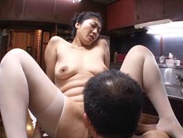 【五十路】修理屋を誘惑してSEXに持ち込もうとするスケベ主婦。藤沢芳恵