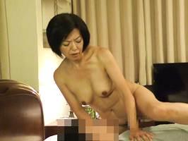 【五十路】淫らな姿を目撃されたマダムが婿殿にヤられてイきまくる。筒美かえで