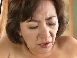 【五十路】熟れた黒乳首を息子に吸われてアクメする好き者母さん。鈴木光代