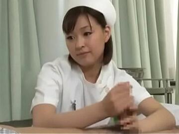 患者にフェラチオしてあげるナース 周防ゆきこのサムネイル画像2