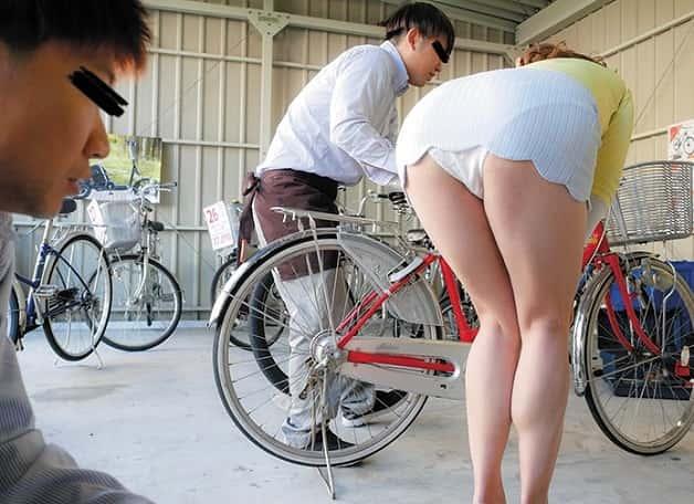 【人妻辱め】自転車屋にやって来た巨尻な人妻熟女がパンチラかますので欲情し即ハメ中出し種付け《葵百合香》