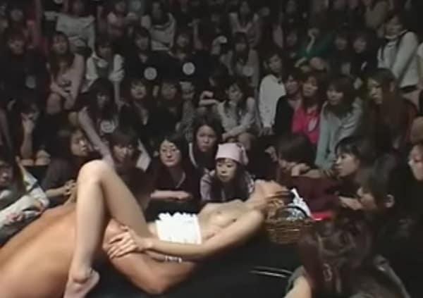 何なのこの鋼のメンタルな2人はwww素人女性100人の観客の前で公開セックスするク〇度胸な2人がこちら
