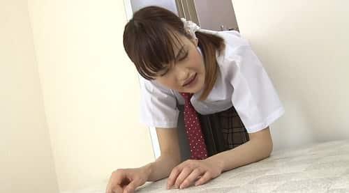 クンニや手マンされて襲ってきた快楽に必死に耐える女子校生