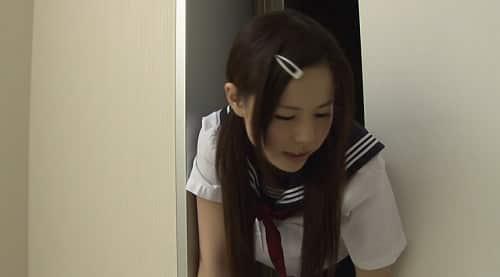 セーラー服姿の女子校生がエレベーターに挟まれる