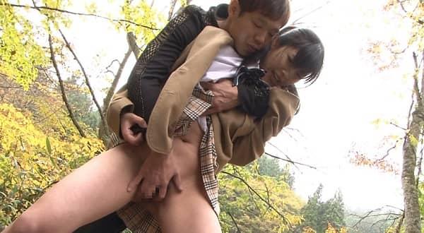 【お漏らし女子校生】「もう我慢できない…」下校中にバレないように林の中で大量〇尿するJKを捕獲しレ〇プ
