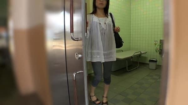 【個人撮影】家族でレジャー中の牝犬人妻を呼び出し、PAのトイレ内で中出し。膣内に精液入れたまま家族の元へ戻る奥さんww