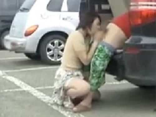 セフレの熟女に逆ナンさせて、雷が鳴ってるなか駐車場で野外フェラさせてみたw