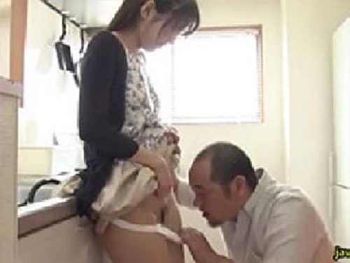 オマンコみせてくれ!尻を触ってくるスケベな義父にパンティをズリ下ろされてマンペロされちゃう息子嫁