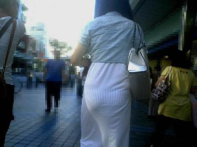 パンツが透けすぎててヤバい!見てるこっちがビビるレベルの透けパン街撮り画像