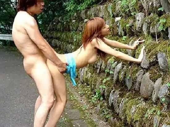 クラスターの心配なし!?性欲を抑えられないカップルが山奥でパコパコ!本能剥き出しでセックスする青姦エロ画像
