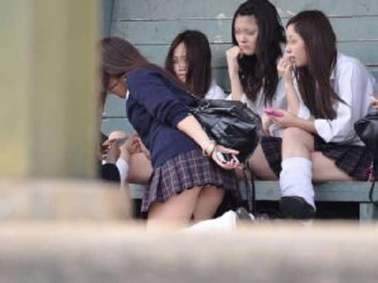 もはや自業自得…スカートが短すぎて簡単にパンチラしちゃう女子校生の街撮り画像